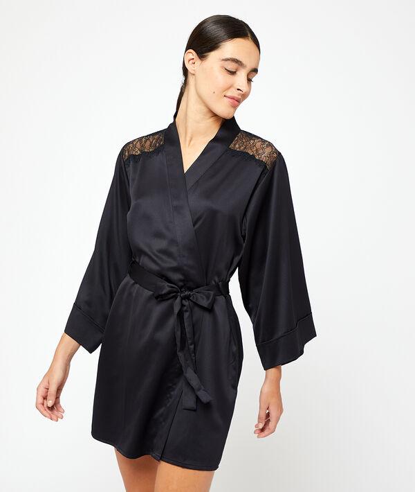 Satynowe kimono, plecy i ramiona z koronki