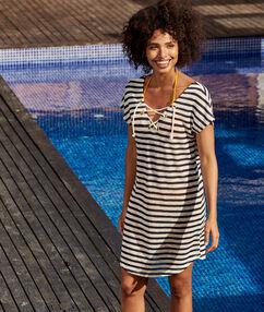 Sukienka plażowa w marynarskie paski ecru.