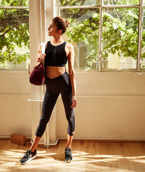 Biustonosz sportowy z aksamitu, wyjmowane poduszeczki - średnie podtrzymanie noir.
