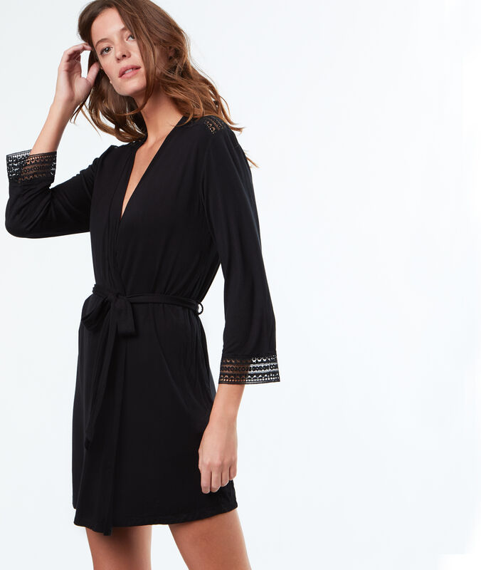 Miękki i zwiewny szlafrok kimono noir.