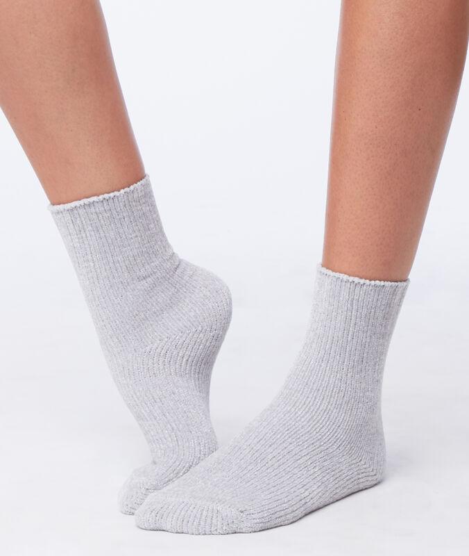 Chaussettes douces gris clair.