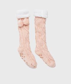 Chaussettes d'intérieur épaisses et doublées rose.