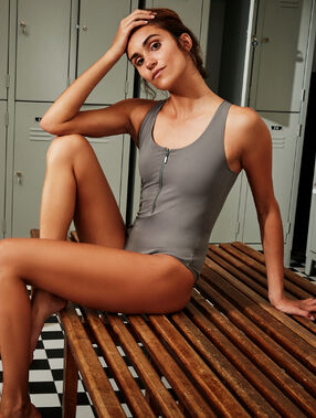 Jednoczęściowy kostium kąpielowy, skrzyżowane ramiączka na plecach kaki.