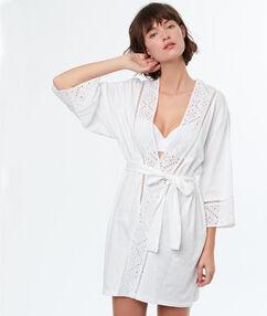 Szlafrok kimono ozdobione angielskim haftem blanc.