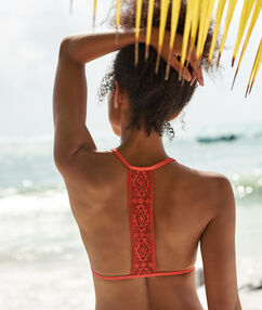Trójkątna góra od kostiumu, na plecach wycięcie w stylu bokserskim corail.
