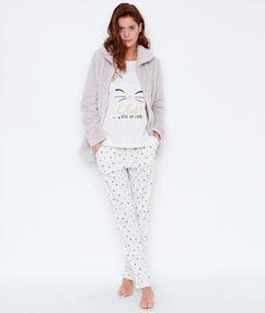 Trzyczęściowa piżama, koszulka, spodnie w deseń i polarowa bluza beżowy.