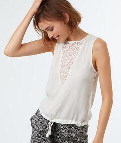 Koszulkowy top z koronkowym dekoltem ecru.