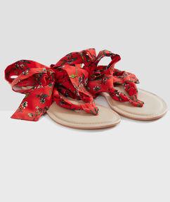 Sandały plażowe wiązane wstążką rouge.