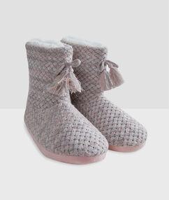Chaussons bottines tressés gris/rose.