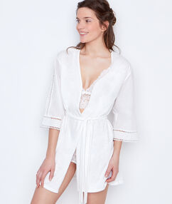 Szlafrok z bawełny z ażurowymi rękawami biały.
