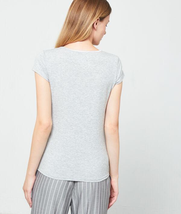 T-shirt z satynowym dekoltem w kształcie litery V;${refinementColor}
