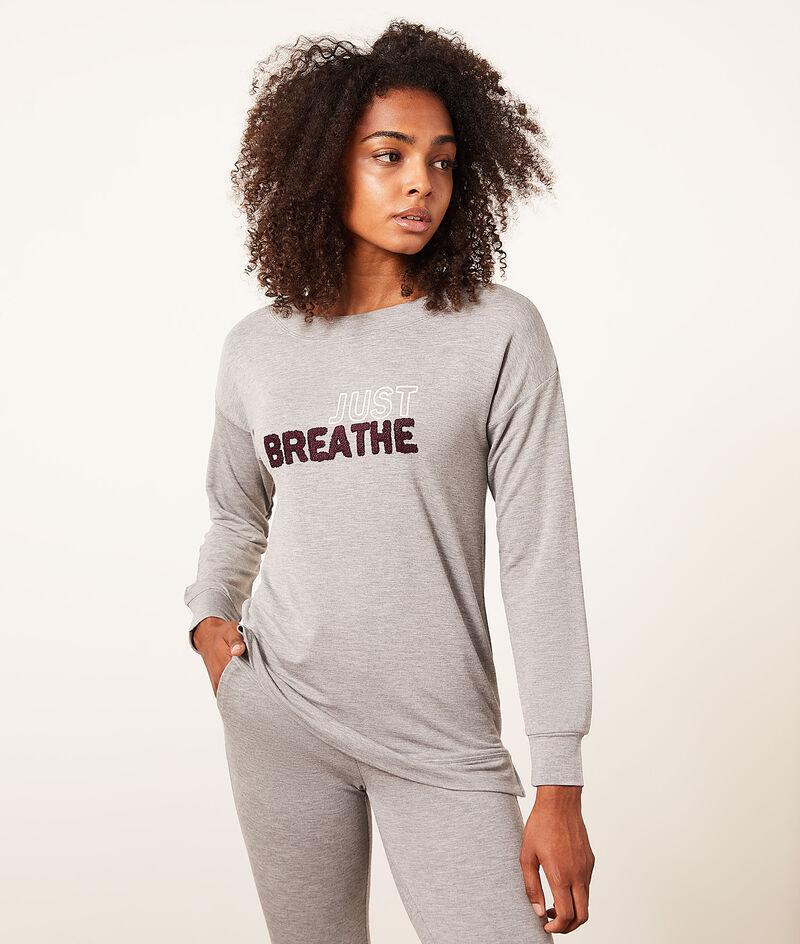 Top z długimi rękawami i napisem 'just breathe';${refinementColor}
