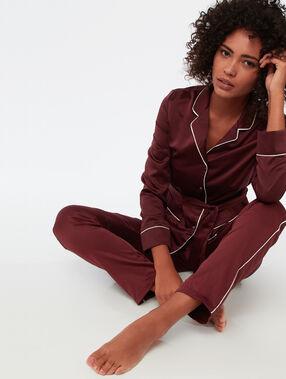 Spodnie ozdobione paskiem w kontrastowym kolorze bordeaux.