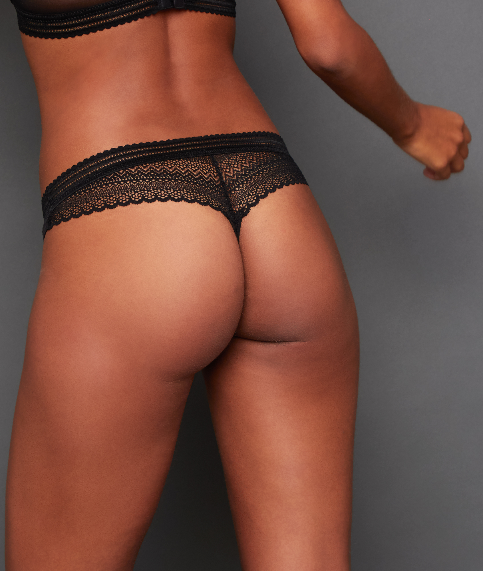 Koronkowe majtki typu tanga noir.
